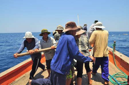 NHA TRANG, VIETNAM - MAY 5, 2012: Fishermen are trawling for tuna fish in the sea of Nha Trang bay in Vietnam Reklamní fotografie - 41419996
