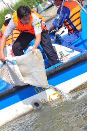 mundo contaminado: HO CHI MINH, Vietnam - 24 de abril 2015: Los peces se mantienen en bolsas de plástico que se preparan para ser lanzado en el río Saigón en el día Nacional de Pesca en Vietnam