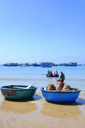 redes de pesca: LAGI, VIETNAM - 26 de febrero de 2012: Los pescadores locales están preparando sus redes de pesca para un nuevo día de trabajo en la playa Lagi