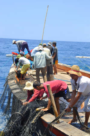 redes de pesca: Nha Trang, Vietnam - 05 de mayo 2012: Los pescadores se pesca de arrastre de at�n en el mar de la bah�a de Nha Trang en Vietnam