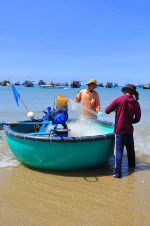 redes de pesca: LAGI, VIETNAM - 26 de febrero de 2012: Los pescadores locales est�n preparando sus redes de pesca para un nuevo d�a de trabajo en la playa Lagi
