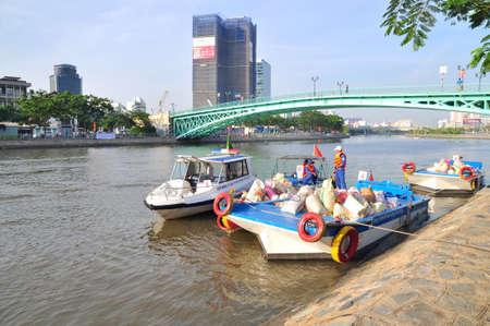 mundo contaminado: HO CHI MINH, Vietnam - 24 de abril 2015: Preparación para liberar los peces en el río Saigón en el día Nacional de Pesca en Vietnam