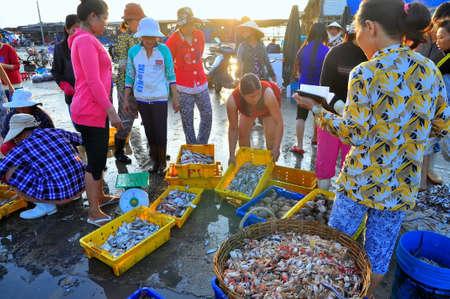 NHA 트 벵앙 베트남 2011 년 10 월 5 일 : 여성 Vinh Luong 포트에서 로컬 해산물 시장에서 신선한 생선을 판매하고있다