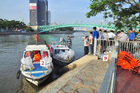 mundo contaminado: HO CHI MINH CITY VIETNAM 24 de abril 2015: Los peces se mantienen en bolsas de plástico que se preparan para ser lanzado en el río Saigón en el día Nacional de Pesca en Vietnam Editorial
