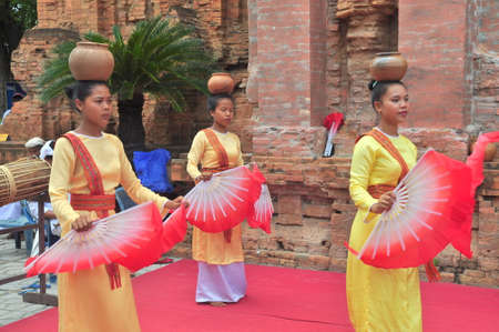 templo: Nha Trang, Vietnam - July 11, 2015: Performing of a traditional folk dance of champa at the Ponagar temple in Nha Trang