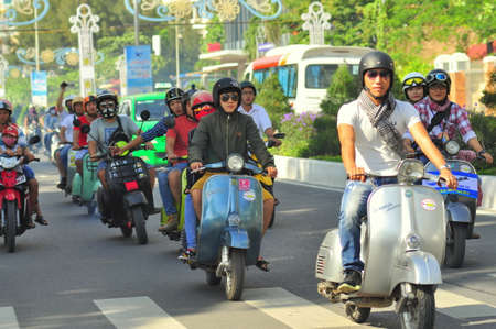 vespa piaggio: Nha Trang, Vietnam - 12 luglio 2015: Una sfilata Motorino del vespa dai giovani sulla strada della citt� di Nha Trang