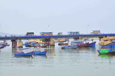 Cai 川のニャチャン市の埠頭で釣り船が係船はニャチャン, ベトナム - 2015 年 7 月 11 日。