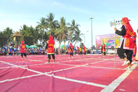 martial arts: Nha Trang, Vietnam - 13 de julio de 2015: Las artes marciales de ajedrez humano en un festival en la playa de la ciudad de Nha Trang