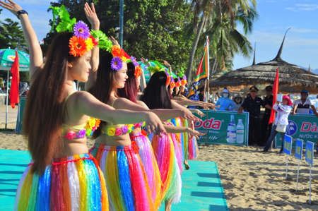 Nha Trang, Vietnam - 14 juli 2015: Het jonge meisje dansers het uitvoeren van een sport dansen op het strand van Nha Trang stad