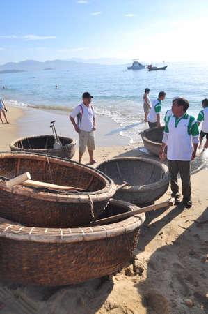 bateau de course: Nha Trang, Vietnam - le 14 Juillet, 2015: Les pêcheurs sont prêts pour une course panier de bateau dans la mer de la baie de Nha Trang Éditoriale