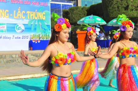 pies bailando: Nha Trang, Vietnam - 14 de julio de 2015: ni�a J�venes bailarines est�n realizando una danza deporte en la playa de la ciudad de Nha Trang