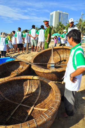 bateau de course: Nha Trang, Vietnam - July 14, 2015: Fishermen are ready for a basket boat racing in the sea of Nha Trang bay