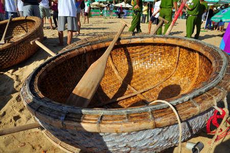 bateau de course: Nha Trang, Vietnam - July 14, 2015: Fishermen are ready for a basket boat racing in the sea of Nha Trang bay