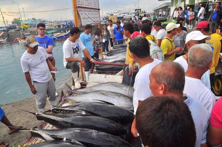 pescador: General Santos, Filipinas - 5 de septiembre de 2015: Los pescadores están vendiendo su atún en el mercado de mariscos