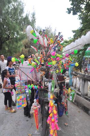 行商人はベトナムの旧正月の最初の日におもちゃやパゴダにラッキーなことを販売カム Ranh、ベトナム - 2016 年 2 月 9 日。