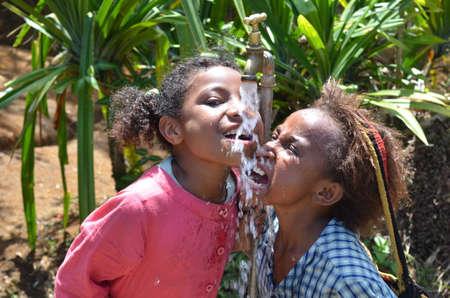 unicef: Papua Nuova Guinea - 25 Ottobre 2015: I bambini sono felice con l'acqua in un luogo remoto e difficile in Papua Nuova Guinea