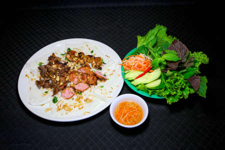 Banh hoi or Vietnamese soft thin vermicelli noodles with herbs and pork Standard-Bild