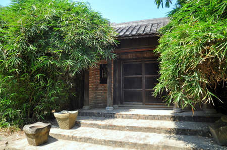 boor: Old gate in front of an antique house in the countryside of Vietnam Stock Photo
