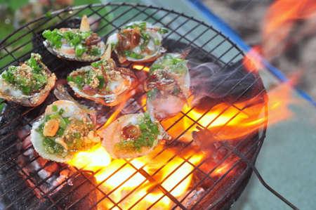 noix saint jacques: Griller les crustacés et fruits de mer sur le feu chaud