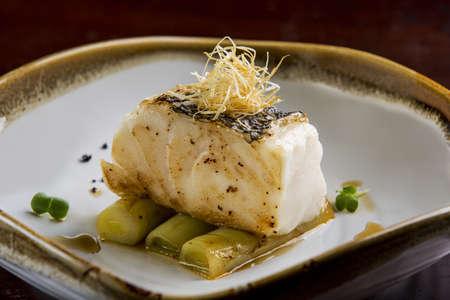 Gebakken toothfish met ui op schotel