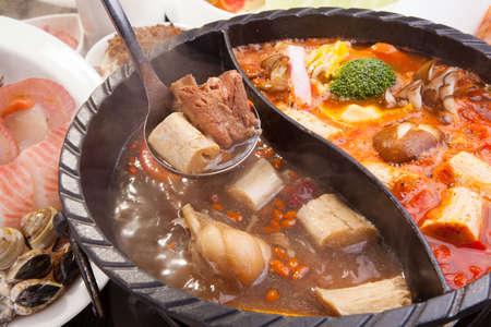 레스토랑에서 돼지 고기, 해산물과 버섯의 냄비 스톡 콘텐츠