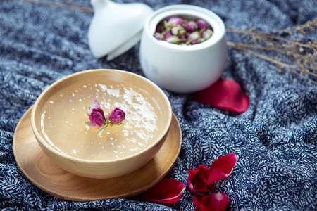 golondrinas: sopa dulce de salanganas o la jerarquía del pájaro en un tazón de madera en el restaurante Foto de archivo