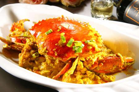 Speciale gebakken krab met sauzen in Chinese stijl op een witte plaat