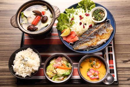 튀긴 생선 밥과 아시아 식당에서 수프와 함께 일본식 트레이 식사