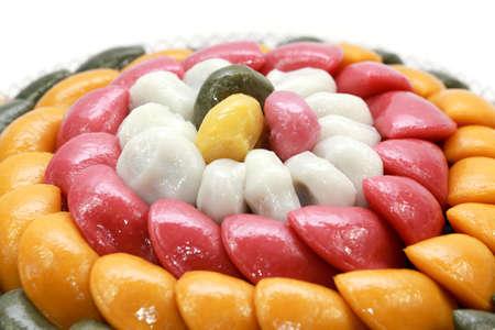 흰색 배경에서 한국어 떡이나 케이크 baramtteok 스톡 콘텐츠