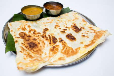 platanos fritos: bandeja de comida india con pan y salsa