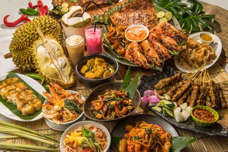 아시아에서 태국 풍의 축제 점심 또는 저녁 뷔페 스톡 콘텐츠