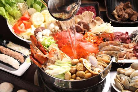 버섯, 조개, 새우, 옥수수와 야채 스튜와 일본식 조개