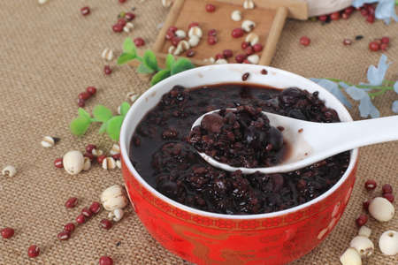 Sweet soup of black bean in chinese style on red bowl Standard-Bild