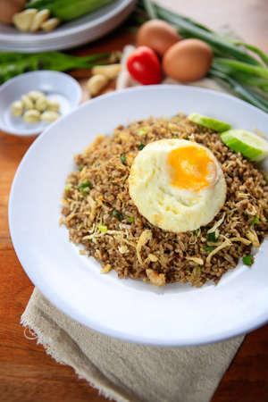 인도네시아 Nasi Goreng 하얀 접시에 계란 볶음밥