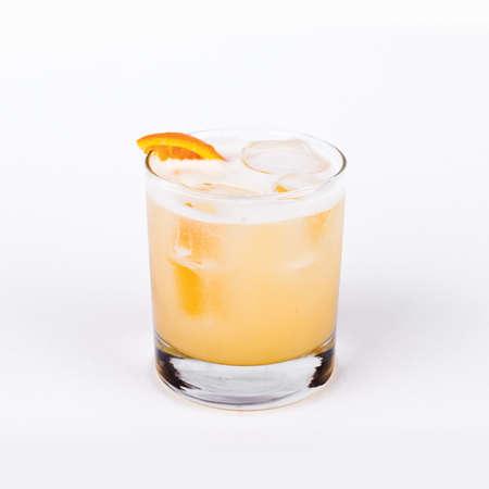 위스키의 유리는 흰색 배경에 오렌지와 신맛