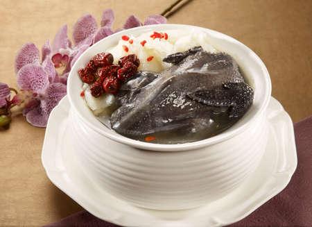 꽃 재배 슈슈 하얀 그릇에 검은 치킨 수프의 피닉스 스톡 콘텐츠