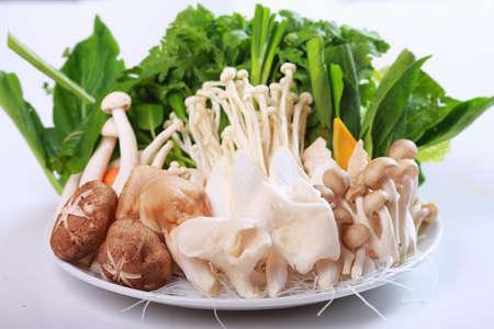 흰색 배경에 뜨거운 냄비에 대 한 버섯, 양배추, 쌀 당면 신선한 야채 스톡 콘텐츠
