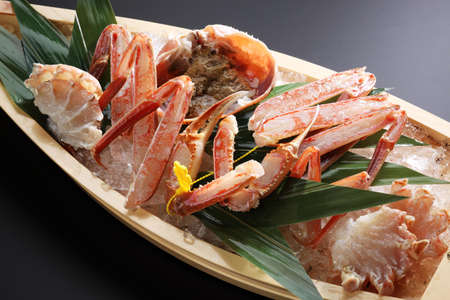 Red Echizen king crab legs with ice on wooden boat trayd Stockfoto