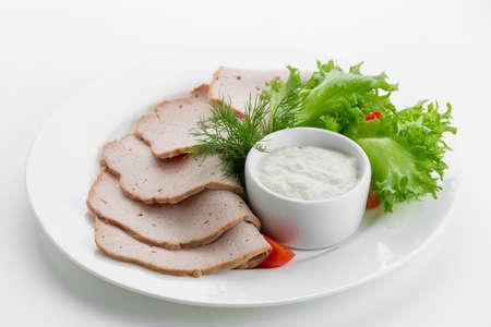 carnes: En lonchas de jamón meseta de carne con salsas y ensalada en un plato blanco