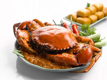 Speciale gebraden krab met Spaanse pepersaus en gebraden bollen op witte achtergrond