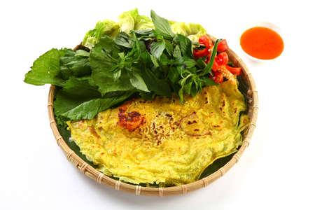 대나무 쟁반에 허브와 칠리 소스와 베트남어 쌀 팬케이크 또는 banh xeo