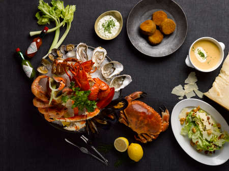 테이블에 게, 바다 가재, 새우, 굴, 조개, 홍합, 레몬, 양상추와 수프와 샌드위치 가게 mezza 해산물 식사 스톡 콘텐츠