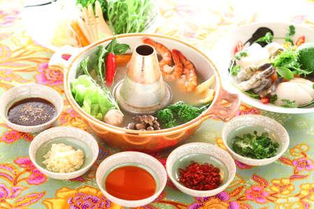 Creativa olla caliente tailandés sano con camarones, champiñones, brócoli, cebolla, ajo y limón en un gran guiso Foto de archivo - 63271157