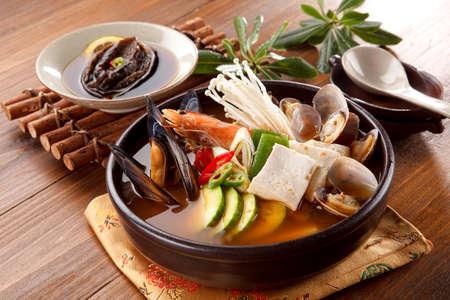 Seafood hot pot of overture jangjeongsik with blue mussel, clams, shrimp, mushroom, abalone and herbs Standard-Bild
