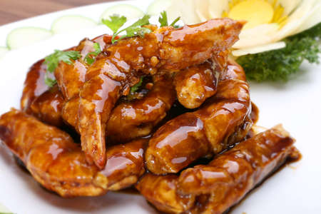 Sauteed shrimp with soyal sauce on white platter Imagens