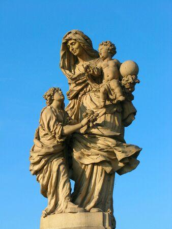 vierge marie: Vierge avec deux anges