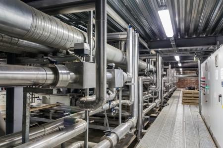 Tubi e altri servizi di costruzione di un edificio industriale Archivio Fotografico - 23573169