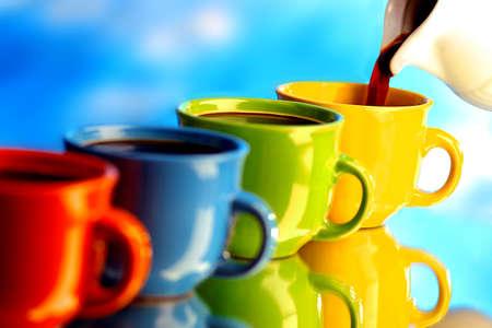 greek pot: Versare il caffè