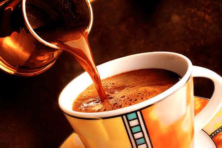 greek pot: Versando il caffè turco Archivio Fotografico