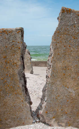 hole: Blau Himmel und Meer Loch in bejahrt Backstein-Mauern-Hintergrund